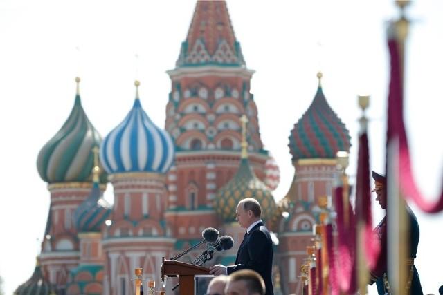 """- Spodziewam się w Rosji pokazu siły i wykorzystania białoruskich rąk do zachęty do świętowania z okazji """"wyzwolenia w 1939 roku pobratymców"""". Aktywne włączenie Białorusi może być nowością w rosyjskiej narracji pokazującej inwazję ZSRR na Polskę 82 lata temu - mówi prof. Piotr Mickiewicz, politolog z Uniwersytetu Gdańskiego."""