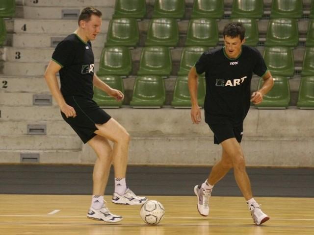 W czasie pierwszego treningu siatkarze Farta Kielce grali w piłkę nożną. Z lewej Grzegorz Kokociński, z prawej Rafał Buszek.