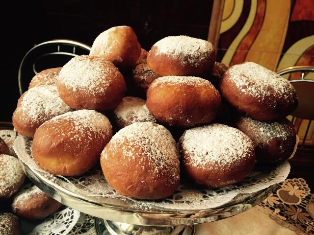 Jak zrobić pączki na tłusty czwartek? Zobaczcie sprawdzone przepisy naszych Czytelników na tradycyjne domowe pączki.