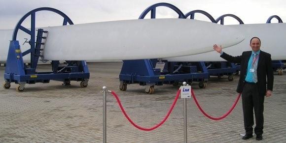 Jedno śmigło powstaje około kilkunastu dni. Waży 10 ton, ma 50 metrów długości. - Te łopaty są już gotowe i czekają na odbiorców. Dzięki unikalnej produkcji dajemy im gwarancję na 20 lat - mówi Maciej Grzybowski, dyrektor techniczny zakładu.
