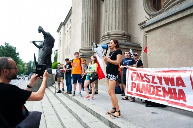 Protest wyznawców spiskowych teorii pod krakowską Akademią Górniczo-Hutniczą, pod świątynią wiedzy.