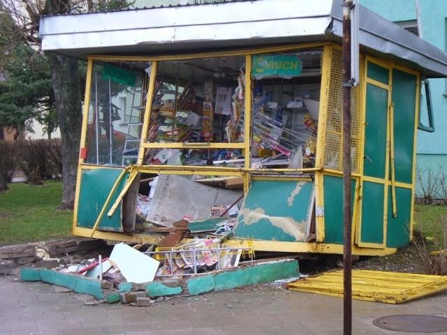Dąbrowa Bialostocka. Star zniszczyl kiosk.Dąbrowa Bialostocka. Star zniszczyl kiosk.