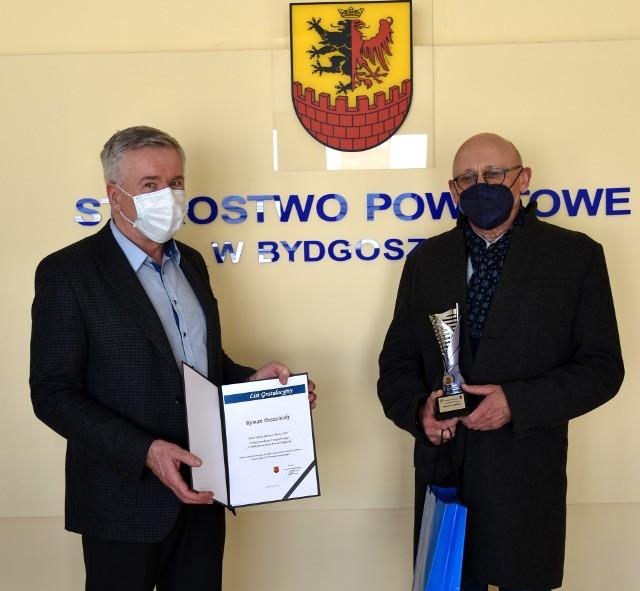 Nagrodę Romanowi Brzezińskiemu przekazał i pogratulował sukcesu Andrzej Kubiak, dyrektor Wydziału Promocji Kultury i Sportu Starostwa Powiatowego w Bydgoszczy