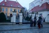Modlili się w obronie księdza przed pałacem arcybiskupa