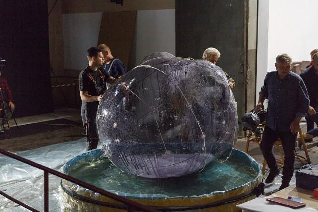 Zbigniew Oksiuta, Spatium Gelatum, Forma 260618, 2018, balon PCW, średnica około 1,8 m, materiał we wnętrzu: żelatyna 270° Bloom'a