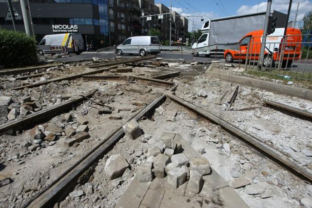 Zdaniem wrocławskich motorniczych, nawet połowa szyn tramwajowych w mieście nadaje się do remontu. Od czasu do czasu przekonują się o tym sami pasażerowie, gdy dochodzi do wykolejenia tramwaju. Najgorzej jest w centrum. W ciągu najbliższych dwóch lat miasto wymieni 16 najbardziej zniszczonych rozjazdów na 10 skrzyżowaniach w centrum. Aby usprawnić prace i obniżyć koszty, miasto za 8 mln zł kupi rozjazdy i szyny w Hucie Katowice.Oto 10 skrzyżowań, na których wymienione zostaną rozjazdy. Zobaczcie kolejne miejsca, posługując się klawiszami strzałek na klawiaturze, myszą lub gestami.