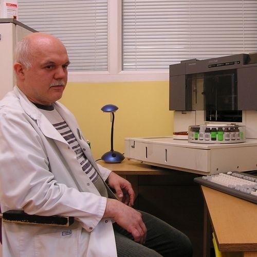 Z pracy dyscyplinarnie zwolniony został Krzysztof Kobiec, kierownik laboratorium, a i tymczasowy prezes spółki pracowniczej, które chce zarządzać lecznicą.