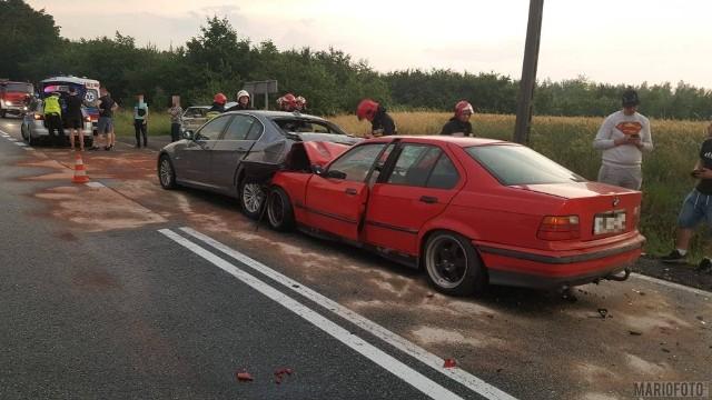 Zderzenie trzech samochodów na drodze krajowej 46 w Jaczowicach koło Niemodlina. Z ustaleń policji wynika, że 20-letni kierowca BMW najechał na inny samochód tej marki prowadzony także przez 20-latka. Ten z kolei, siłą odrzutu, uderzył w tył skody prowadzonej przez 26-latka. Pasażerka jadąca drugim samochodem BMW trafiła na badania do szpitala. Od tego zależy, jak policjanci zakwalifikują to zdarzenie - czy jako kolizję, czy jako wypadek.