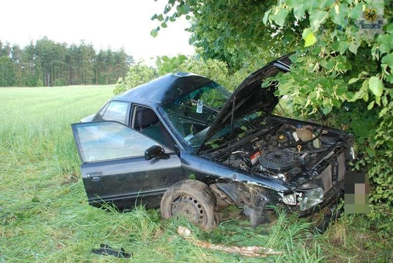 Zniszczony samochód, którym 19-latek wjechał w drzewo.