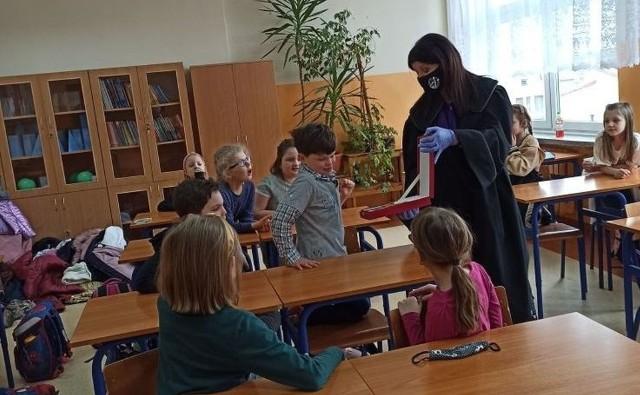 Sędzia Katarzyna Trzosińska z Sądu Rejonowego w Grójcu spotkała się z uczniami klasy II B szkoły podstawowej numer 1 w Białobrzegach.