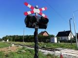 Czytelnik: na tym przejeździe kolejowym w Letnicy brakuje znaku stop. To wielkie zagrożenie, bo kierowcy się nie zatrzymują