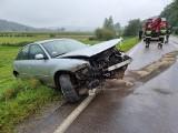 Wypadek w Ruszelczycach. Audi A3 wypadło z drogi na zakręcie. Pogotowie zabrało kierowcę do szpitala [ZDJĘCIA]