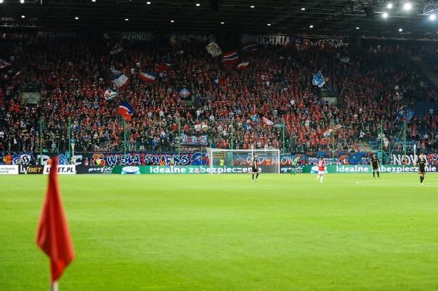 Wisła Kraków to jeden z najbardziej utytułowanych klubów w Polsce, ale z pseudokibicami sobie nie radzi