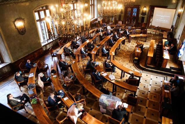 Rada Miasta Krakowa to dla wielu radnych tylko jedno z miejsc pracy. Więcej zarabiają gdzie indziej, najczęściej za publiczne pieniądze