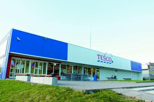 Nowo otwarty sklep Tesco mieści się w starym pawilonie handlowym przy ulicy Sienkiewicza. – Przynajmniej budynek się nie marnuje i został odnowiony – uważa pan Janek, mieszkaniec Czarnej Białostockiej.