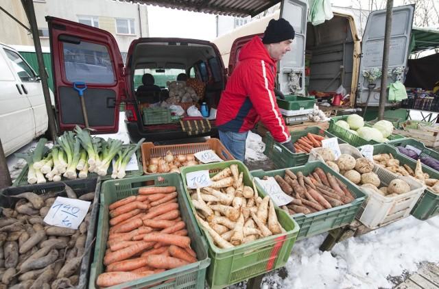 Targowisko w Koszalinie. Kupujemy warzywa w dobrej jakościNa targowisku kupimy warzywa w dobrych cenach.