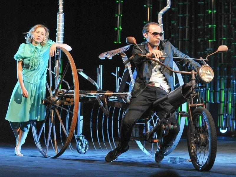 Karolina Honchera (Helena) i Piotr Lizak (Demetriusz) stworzyli znakomity duet. Lubuski Teatr, sobota, niedziela, 19.00.