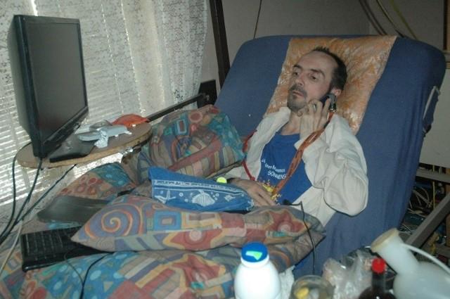 Józef Psiuk żyje w w biedzie. Ma rentę w wysokości 700 złotych, mieszka w starym domu o pękających ścianach.