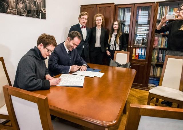 Podpisanie umowy między Teatrem Zagłębia i IV LO im. S. Staszica w Sosnowcu