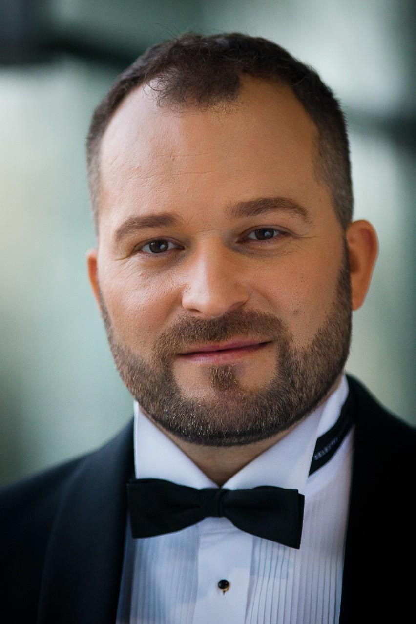 Damian Aleksander, który powoli staje się twarzą Opery i Filharmonii Podlaskiej to aktor, solista, reżyser, a czasem poeta, fotografik i podróżnik