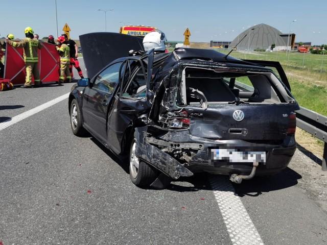 Do wypadku doszło przed godziną 13 na 196 kilometrze autostrady A1. Przy zjeździe na Pikutkowo zderzyły się dwa auta osobowe i ciężarowy. Dwie osoby zostały ranne.Trasa w stronę Gdańska jest całkowicie zablokowana. Na miejscu lądował śmigłowiec Lotniczego Pogotowia Ratunkowego, który zabrał rannego do szpitala w Płocku.