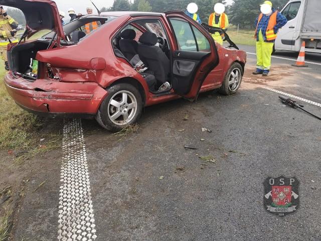 Zderzenie osobówki z ciężarówką na A4. Oba pojazdy zostały uszkodzone