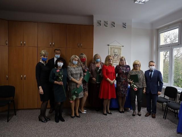 Nagrody Burmistrza Miasta za osiągnięcia dydaktyczno-wychowawcze przekazane zostały nauczycielom w ich miejscach pracy.