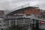 Niebezpieczna sytuacja pod kładką na Ołowiankę. Prokuratura oskarża kapitana statku i operatora kładki [WIDEO]