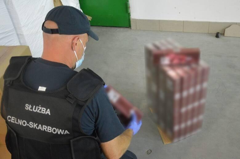 Budzisko. Blisko milion paczek nielegalnych papierosów. Kontrabanda ukryta była w dwóch ciężarówkach [ZDJĘCIA]