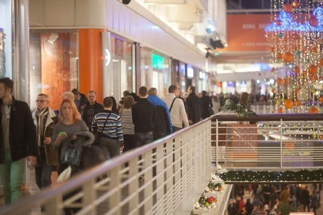 Tłumy wypełniały galerie handlowe. Zarówno Manufakturę...