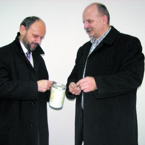 Marian Pietkiewicz (z lewej) i Andrzej Grzanecki, jako pierwsi kwestowali wczoraj na suwalskich ulicach