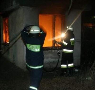 Strażacy ugasili palące się w budyneczku papiery i śmieci.