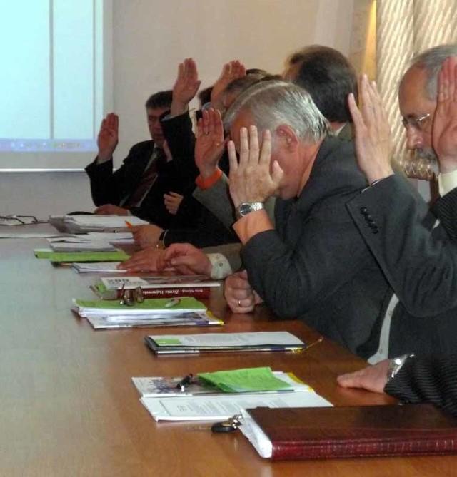 Najwyższe diety pobierają radni powiatu: przewodniczący otrzymuje ponad 1700 złotych, a zwykły radny ponad 800 złotych.