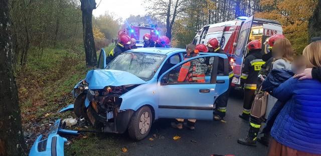 W czwartek około godz 7:30 na drodze Białogard - Stanomino doszło do groźnie wyglądającego wypadku drogowego z udziałem jednego auta osobowego marki Fiat.Jak udało nam się ustalić na miejscu zdarzenia autem  kierowała młoda 26 letnia mieszkanka powiatu białogardzkiego. Z nieustalonych na chwilę obecną przyczyn kobieta straciła panowanie nad pojazdem w wyniku czego zjechała z drogi i uderzyła czołowo w drzewo. Na miejscu błyskawicznie pojawiły się służby ratunkowe. Pierwsze działania strażaków polegały na wydobyciu osoby poszkodowanej z pojazdu. Poszkodowana trafiła do szpitala w Białogardzie, była trzeźwa.Zobacz także: Świdwin: Wypadek na skrzyżowaniu między miejscowościami Ciechnowo i Jastrzębniki. Autobus zderzył się z osobówką