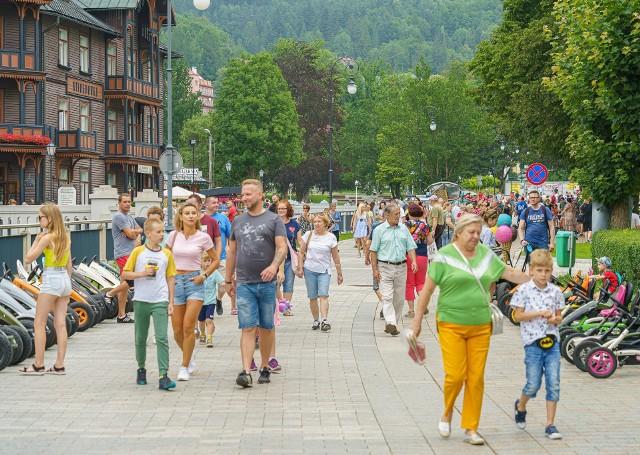 Krynica - Zdrój to popularny kierunek wakacyjnych wycieczek. W tym roku wśród gości przybyło rodzin z dziećmi