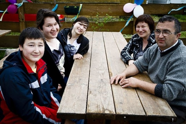 Tatarskość to nasza wizytówka – mówi Iwona Iljasiewicz (z prawej z mężem Adamem). Z lewej dzieci: Emil, Kamila i Dżeneta.