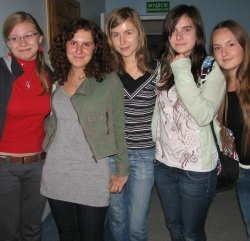 Licealistki z Ostrołęki: Marta Domańska (od lewej), Paulina Wyszyńska, Magda Mrozek, Dominika Bortkiewicz i Natalia Kutyła chcą nieść pomoc dzieciom z Afryki