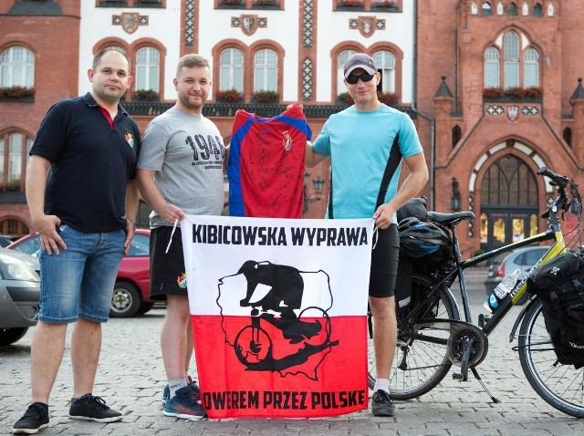 Robert Ćwikliński (pierwszy z prawej) w Słupsku wraz z kibicami-działaczami Gryfa. - Podziwiamy jego determinację - mówił słupszczanin Marcin Syrnyk (pierwszy z lewej)