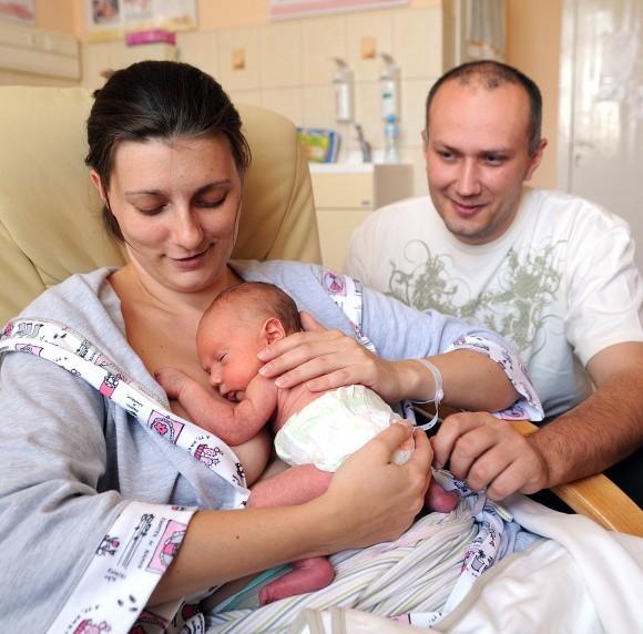 Ta metoda jest korzystna dla rozwoju dziecka. Na zdjęciu Dominika Szczepańska z tygodniowym Frankiem i mężem Maciejem.