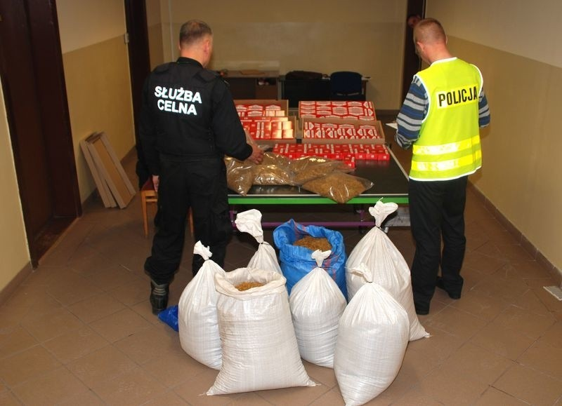 Wczoraj (czwartek) miasteccy policjanci zabezpieczyli około 100 kilogramów krajanki tytoniowej oraz 2 tys. papierosów bez znaków akcyzy.