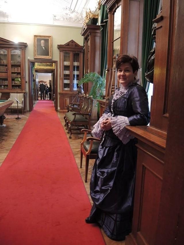 Przewodniczka w stylizowanej sukni w czasie dnia otwartego. W podobnej kreacji będzie zwiedzać muzeum zwyciężczyni licytacji