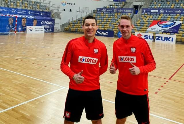 Łukasz Błaszczyk (z lewej) i Patryk Hoły (z prawej), czyli futsaliści Red Dragons Pniewy, wydatnie pomogli w awansie polskiej reprezentacji na mistrzostwa Europy. Pierwszy bronił w pierwszej połowie, a drugi popisał się świetną asystą przy bramce na 1:1.