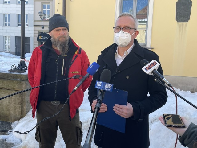 Poseł Robert Tyszkiewicz (z prawej) razem z Maciejem Sidorowiczem, prezesem Stowarzyszenia Dolina Nietupy, podczas konferencji prasowej przedstawił interwencję do marszałka województwa podlaskiego, w której domaga się stanowczych działań, które uniemożliwią budowę kurników w Kruszynianach