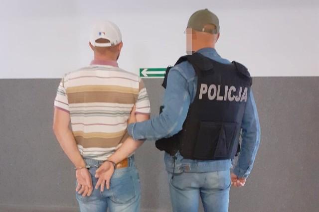 Policjanci z bydgoskich Wyżyn zatrzymali podejrzanego o uszkodzenia mienia. 33-latek podpalał śmietniki na bydgoskich Wyżynach i Bartodziejach. Mężczyzna jest recydywistą.