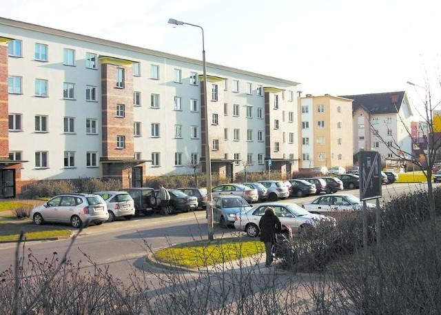 Przy ul. Kotarbińskiego jest kilkadziesiąt miejsc parkingowych.