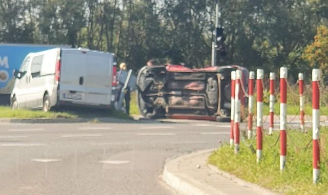 Wypadek radiowozu na Popiełuszki. Bus uderzył w toyotę, która przewróciła się na bok