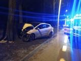 Groźny wypadek na Zdrowiu! Dwa samochody rozbiły się na drzewach! Są ranni. ZDJĘCIA