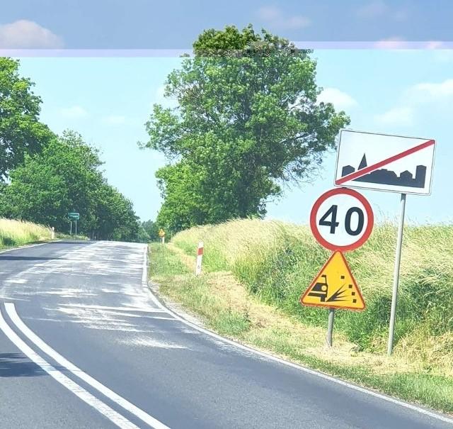 Droga między Dąbiem a Kosierzem jest posypwana... latem.