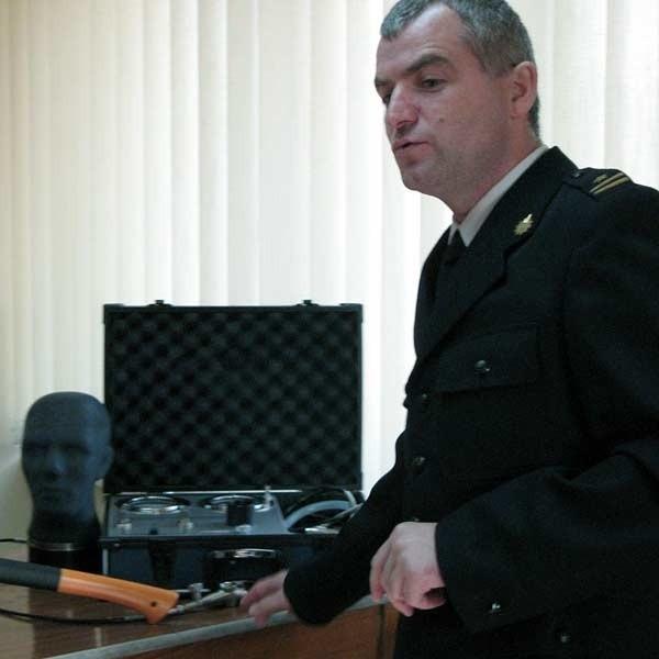 Komendant Wojciech Buszek prezentuje sprzęt, jaki zakupiono ostatnio dla straży pożarnej.