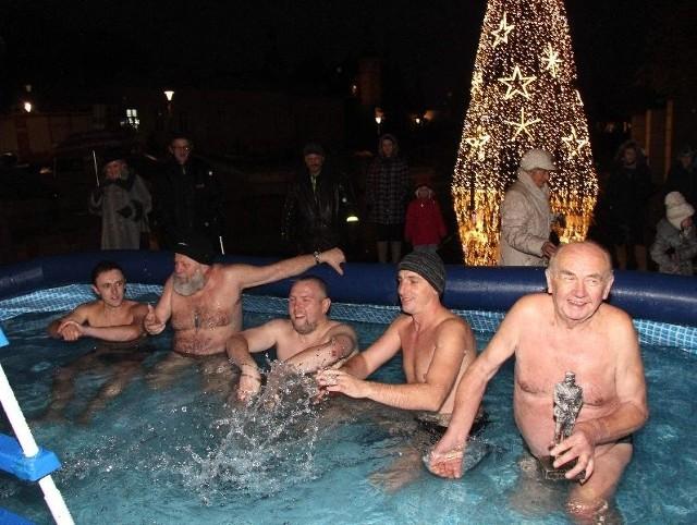 Członkowie Świętokrzyskiego Klubu Morsów na swój sposób świętowali urodziny marszałka Piłsudskiego. Wszyscy, jak jeden mąż narzekali na pogodę, która ich zdaniem powinna być bardziej…mroźna.
